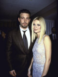 """Actors Ben Affleck and Gwyneth Paltrow at Film Premiere of their """"Shakespeare in Love"""" プレミアム写真プリント : デーヴ・アロッカ"""