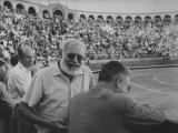 Author Ernest Hemingway with Friend at Spanish Toreadors Premium fototryk af Loomis Dean