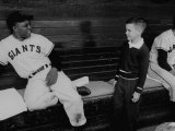 Baseball Player Willie Mays Talking to a Young Fan Reproduction photographique Premium