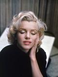 Marilyn Monroe on Patio Outside of Her Home Premium fotografisk trykk av Alfred Eisenstaedt