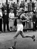 Emil Zatopek Running in Marathon at 1952 Olympics Lámina fotográfica prémium