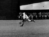Giants Player, Willie Mays, Running to Catch Ball in Out Field Lámina fotográfica prémium
