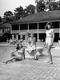 Women Lounging at the Bayou Club in Houston Fotografie-Druck