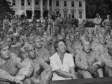 First Lady Eleanor Roosevelt, Singing with a Large Group of US Soldiers Lámina fotográfica