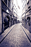 Cobblestone Street in Old Town Vieux Lyon, France Reproduction photographique par Russ Bishop