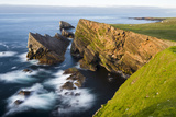 Foula Part of Shetland Islands. Cliffs in North at East Hoevdi with Natural Arch Gaada Stack Stampa fotografica di Martin Zwick