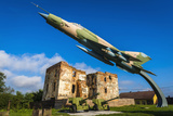 Fighter Jet and Bombed Building at the Karlovac War Memorial, Karlovac, Croatia Reproduction photographique par Russ Bishop