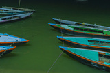 India, Varanasi 9 Blue, Red and Green Rowboats on the Green Water of the Ganges River Impressão fotográfica por Ellen Clark