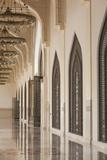 Qatar, Doha, Abdul Wahhab Mosque, the State Mosque of Qatar, Courtyard Walkway Premium fotografisk trykk av Walter Bibikow