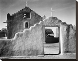 Full side view of entrance with gate to the right, Church, Taos Pueblo National Historic Landmark, キャンバスプリント : アンセル・アダムス