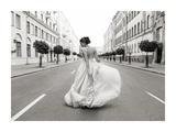 Walking Down a Road Giclée-vedos tekijänä  Haute Photo Collection