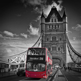 London Tower Bridge & Red Bus Poster di Melanie Viola