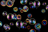 Many Colorful Soap Bubbles on Black Póster por  Hanohikirf