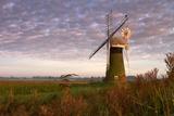Windmill on the Norfolk Broads at Sunrise Fotografisk trykk av Vince Burton