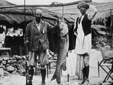 59 lb Mahseer, Caught by Capt. H. B. D. Campbell, R.E., in the Upper Ganges, c1903, (1903) Impressão fotográfica