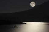 Full Moon over Saint Mary's Lake in Montana's Glacier National Park 写真プリント : Keith Ladzinski