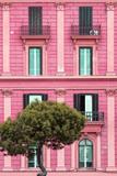 Dolce Vita Rome Collection - Pink Building Facade II Fotografie-Druck von Philippe Hugonnard