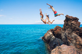 Summer Fun, Friends Cliff Jumping into the Ocean. Fotografisk trykk av  EpicStockMedia
