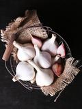 Garlic in Basket on Black Wooden Background Valokuvavedos tekijänä Africa Studio