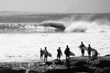 Silhouette of surfers standing on the beach, Australia Fotografisk tryk af Panoramic Images,