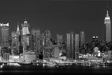 USA, New York, New York City, Panoramic view of the West side skyline at night (Black And White) Fotografisk tryk af Panoramic Images,