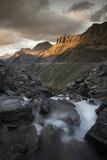 Garden Wall Looms Above Cascading Glacier Meltwater in Montana's Glacier National Park 写真プリント : Keith Ladzinski