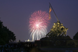 USA, Washington DC, DC, July 4 Fireworks Behind the Iwo Jima Memorial Stampa fotografica di Hollice Looney