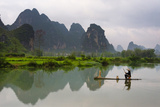 Fisherman on bamboo raft on Mingshi River at sunset, Mingshi, Guangxi Province, China Fotografie-Druck von Keren Su