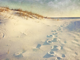 Footprints in the Sand Dunes Leading to the Ocean at Sunset. Soft Artistic Treatment with Canvas Te Lámina fotográfica por  forestpath
