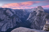 Sunset above Yosemite Valley and Half Dome, viewed from Glacier Point, Yosemite, California, USA. S Reproduction photographique par Adam Burton