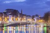 Ireland, Dublin, Hapenny Bridge over the River Liffey, dusk Reproduction photographique par Walter Bibikw