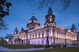 UK, Northern Ireland, Belfast, Belfast City Hall, exterior, dusk Reproduction photographique par Walter Bibikw