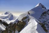 Mountaineers climbing sharp ridge of 'Äúcrossing of Liskamm'Äù, (traversata Impressão fotográfica por  ClickAlps