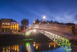 Ireland, Dublin, Hapenny Bridge over the River Liffey, dawn Reproduction photographique par Walter Bibikw