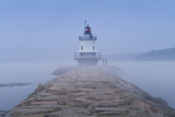USA, Maine, South Portland, Spring Point Ledge Lighthouse in fog Reproduction photographique par Walter Bibikw