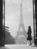 1920s Anonymous Silhouetted Woman Standing in Profile in the Trocadero across the Seine Stampa fotografica
