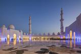 UAE, Abu Dhabi, Sheikh Zayed bin Sultan Mosque, courtyard, dusk Reproduction photographique par Walter Bibikw