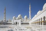 UAE, Abu Dhabi, Sheikh Zayed bin Sultan Mosque, courtyard Reproduction photographique par Walter Bibikw