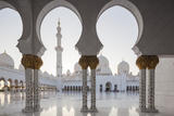 UAE, Abu Dhabi, Sheikh Zayed bin Sultan Mosque, arches Reproduction photographique par Walter Bibikw