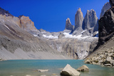A glacial lake and the rock towers that give the Torres del Paine range its name, Torres del Paine  Impressão fotográfica por Alex Robinson