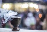 Incense burning at a Hindu temple in New Delhi, India, Asia Impressão fotográfica por Matthew Williams-Ellis