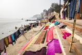 Washing drying on ghats next to the River Ganges, Varanasi, Uttar Pradesh, India, Asia Reproduction photographique par Matthew Williams-Ellis