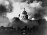 St. Paul's Survives Fotografía por  Associated Newspapers