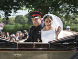 Smiling Newlyweds Prince Harry and Meghan and Wave Foto von  Associated Newspapers