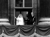 Queen Elizabeth Ii Wedding, the Couple Wave from the Balcony Foto von  Associated Newspapers