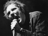 Johnny Rotten Sings Photographie par  Associated Newspapers