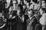 Anwar Sadat and Menachem Begin acknowledge President Carter as he announces the Camp David Accords Fotografisk tryk af Warren K. Leffler