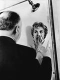 PSYCHO, 1960 directed by ALFRED HITCHCOCK On the set, Alfred Hitchcock directs Janet Leigh (b/w pho Foto