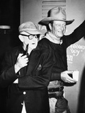 THE MAN WHO SHOT LIBERTY VALANCE, 1962 directed by JOHN FORD On the set, John Ford with John Wayne  Foto
