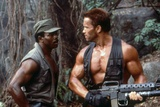 PREDATOR, 1987 directed by JOHN McTIERNAN Carl Weathers and Arnold Scharzenegger (photo) Foto